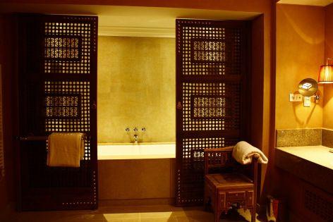 ванная комната в марокканском стиле. раздвижные двери как ширма в ванной