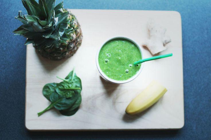 Nå må du ikke la deg skremme av fargen. Denne herligheten kan kanskje se litt skremmende ogi overkant grønn ut ved første øyekast, men smaken er utrolig frisk og god! Dette er den perfekte frokosten / mellommåltidet / oppkvikkeren hvis du føler for å gi kroppen en skikkelig vitaminbombe. Du