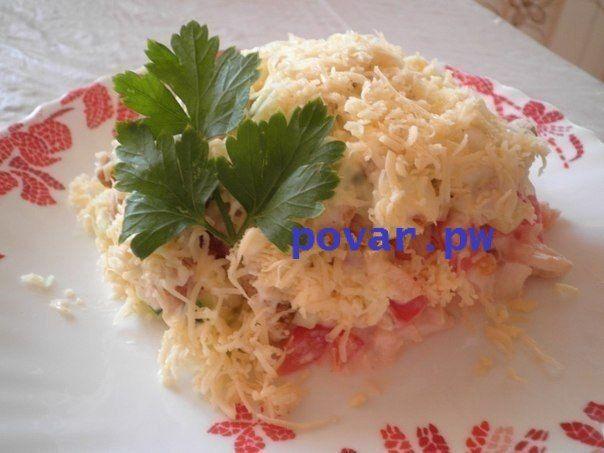 Салат с куриным филе, сухариками и овощами  Ингредиенты:  - 350 гр вареной куриной грудки - 2-3 средних помидора - 2-3 средних сладких болгарских перца - 2 средних свежих огурца - 2 пачки ржаных сухариков по 40 гр - 1 головка чеснока - 150 гр сыра твердых сортов - майонез  Приготовление:  1. Курицу либо порезать, либо порвать на небольшие полоски. Уложить на дно тарелки либо же в салатник с бортиками. Слегка примять. 2. Помидор нарезаем небольшими кубиками или полосками. Половину чеснока…