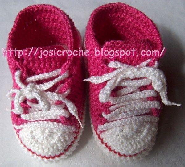 """Magnifique basket rouge pour bébé , fermé par des lacets blancs , avec un pas à pas en images , réalisé et partagé par """" Josi Croche """" ."""
