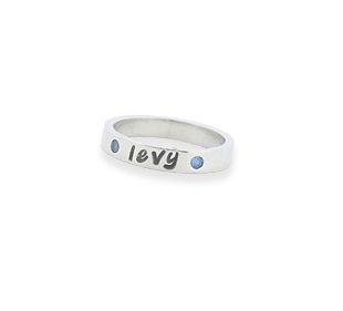 Moedersieraden.  Sinterklaas.  Zilveren ring met naam van je zoon of dochter en zirkonia's.  #moedersieraden #kinderen #kado #sieraden