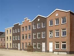 Dit  zijn nieuwbouwwoningen in Almere - Poort. De stijl waarin deze woningen zijn gebouwd geeft een authentiek. Dit heeft te maken met de vorm van de gevel en de kleur stenen waarvoor gekozen is. In ons plan nemen wij deze kleur over en laten wij ons inspireren door vorm van de gevels.
