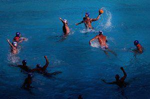 Gergo Zalanki Венгрии пытается пройти мимо Милош Чука Сербии в мужской воды предварительный раунд матч поло.