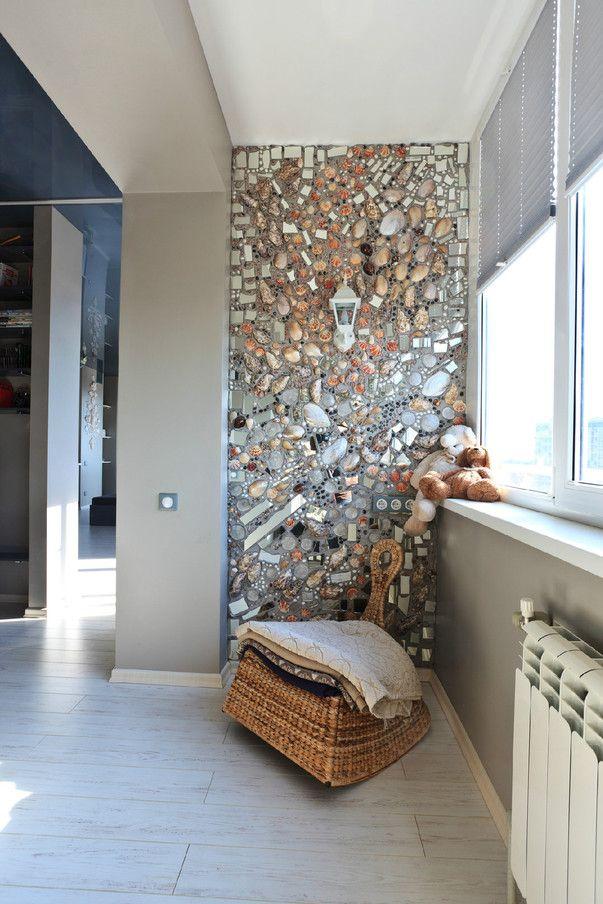 Темный потолок, светлый пол, зеркальная мозаика, атланты, ракушки и другие детали, которые хорошо смотрятся друг с другом – в интерьере студии от дизайнера Алины Линевич.