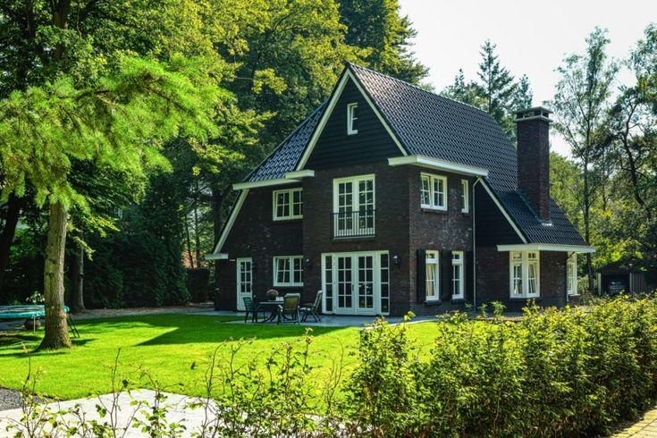 Een jaren '30 villa wordt gekenmerkt door de forse dakoverstekken, rijke detaillering in het metselwerk en kozijnen en een horizontale lijnvoering.