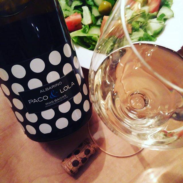 """Je débute en #blanc #vin bien droite et de finesse avec L""""entrée #salade Paco&Lola 2015 #espagne super bon prix à @laSAQ..."""