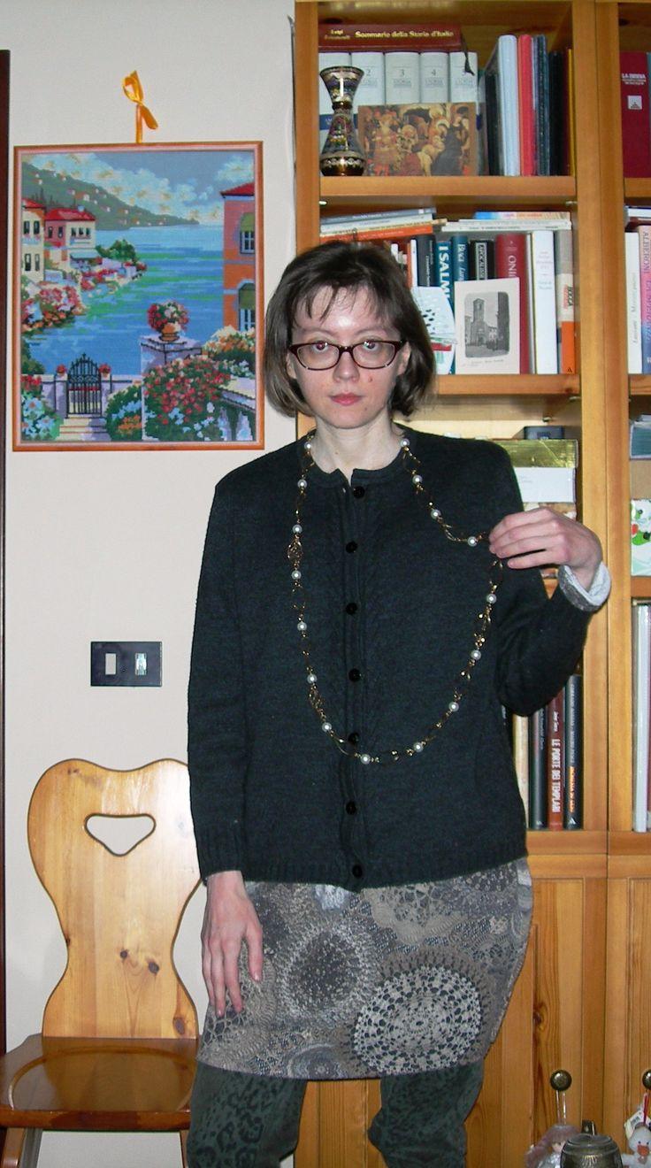 Abito grigio e beige con motivi stampati Acciaio, cardigan nero Elisabetta B., pantaloni verdi con motivo animalier Jessica Alba, collana Almaplena...