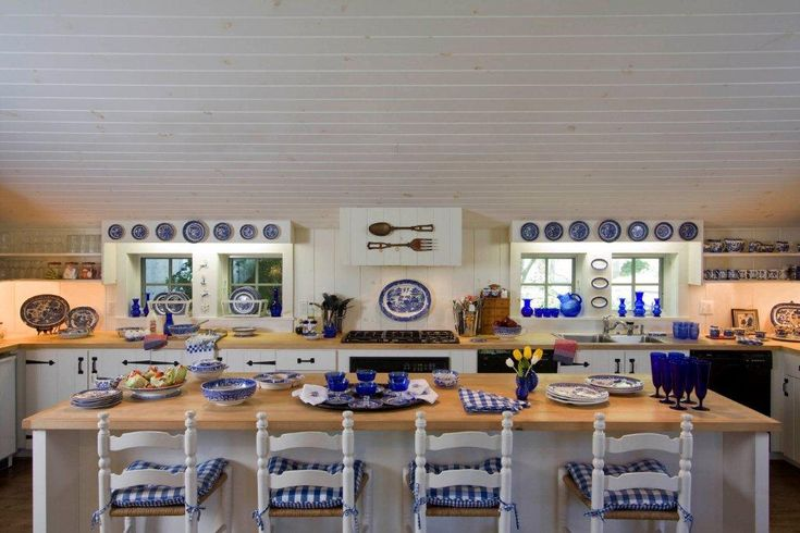 78 images about blue willow on pinterest plates kitchens and french vintage - Decorating with plates in kitchen ...