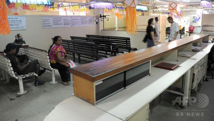 スリランカ・コロンボ කොළඹ கொழும்பு Colombo の公立病院で診察を待つ人々(2012年5月11日撮影、資料写真Files)。(c)AFP/Ishara S.KODIKARA ▼24Jun2017AFP|医師ストで多数の患者に影響 緊急治療拒否する病院も スリランカ http://www.afpbb.com/articles/-/3133306