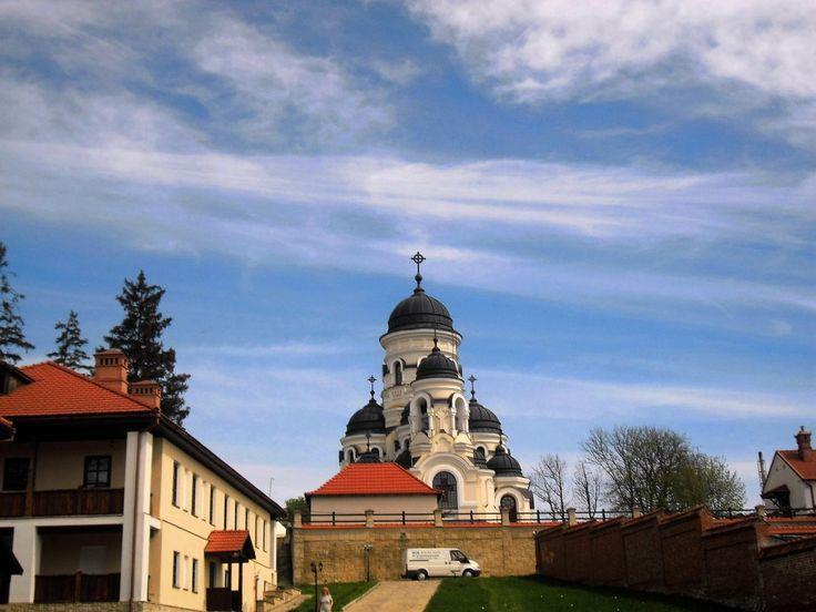 Sfânta Mănăstire Căpriana http://presadeturism.ro/basarabia-drumuri-de-lumina/