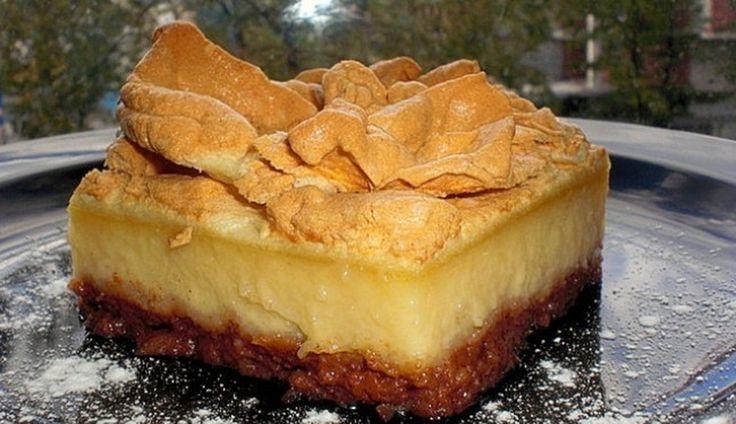 Prajitura cu mere, fara blat. Nu ai mai mancat asa ceva!  Aceasta prajitura cu mere are un strat de crema si un strat de bezea. Te vei indragosti de ea.  Ingrediente:  1 kg mere  2 lingurite scortisoara pudra    50 g