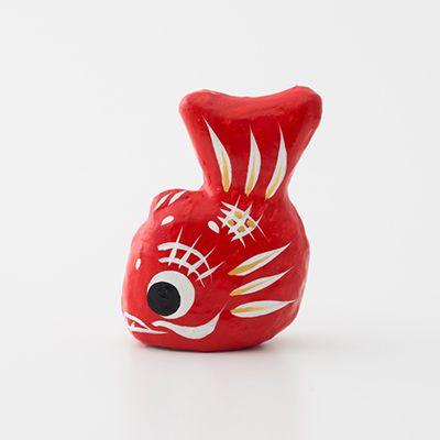三春張子 めで鯛 福島県 郡山市  三春で張子人形がつくられ始めたのは、一説によると三百数十年前。京都の伏見人形が三春地方に伝わり、高柴村の人々がそれを真似、副業として張り子人形をつくり始めました。今でも「高柴デコ屋敷」と呼ばれる集落で様々な郷土玩具がつくられています。ふっくらとした真っ赤な鯛は、「めで鯛」という名の縁起物として広く親しまれています。 彦治民芸(有) 〒963-0902 福島県郡山市西田町高柴字舘野80-1 TEL: 024-972-2412