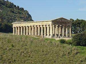 Tempio di Segesta, V secolo a.C., Trapani, Sicilia.  Si tratta di un grande tempio periptero esastilo (ossia con sei colonne sul lato più corto, non scanalate).   Ho scelto questo tempio dopo aver trovato tra le vecchie foto di famiglia, una foto raffigurante me in compagnia della mia famiglia con questo tempio sullo sfondo