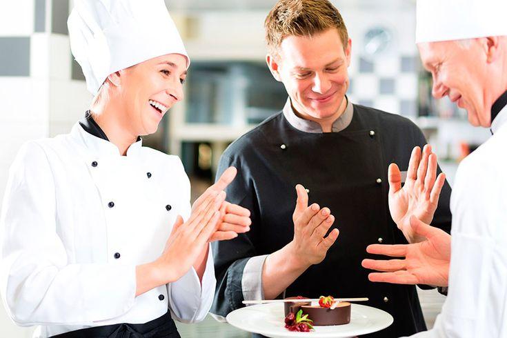 Un elemento que denota la distinción de los chef es su uniforme. Ese conformado por una filipina blanca que combina con pantalones a cuadros blancos con ne