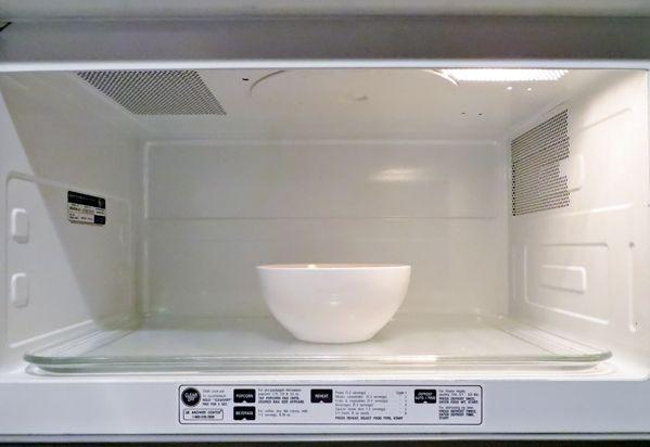 Как быстро помыть микроволновку внутри: полезные лайфхаки для бескомпромиссной чистоты http://happymodern.ru/kak-bystro-pomyt-mikrovolnovku-vnutri/ Широкая тарелка с водой поможет легко очистить микроволновку от загрязнений Смотри больше http://happymodern.ru/kak-bystro-pomyt-mikrovolnovku-vnutri/