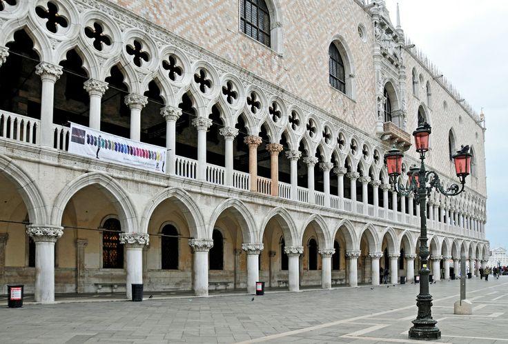 A Dózse-palota (olaszul Palazzo Ducale di Venezia) a IX. század óta áll Velencében, a lagúna partján, ott, ahol a Canale Grande a mólónál az öbölbe ömlik. Az első dózsevár jellegét tekintve inkább erőd volt, mint palota.  www.velenceikarneval.hu