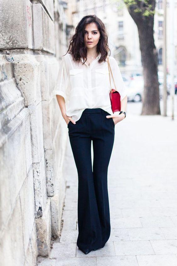 Camisa branca por dentro da calça, calça preta flare, bolsa vermelha