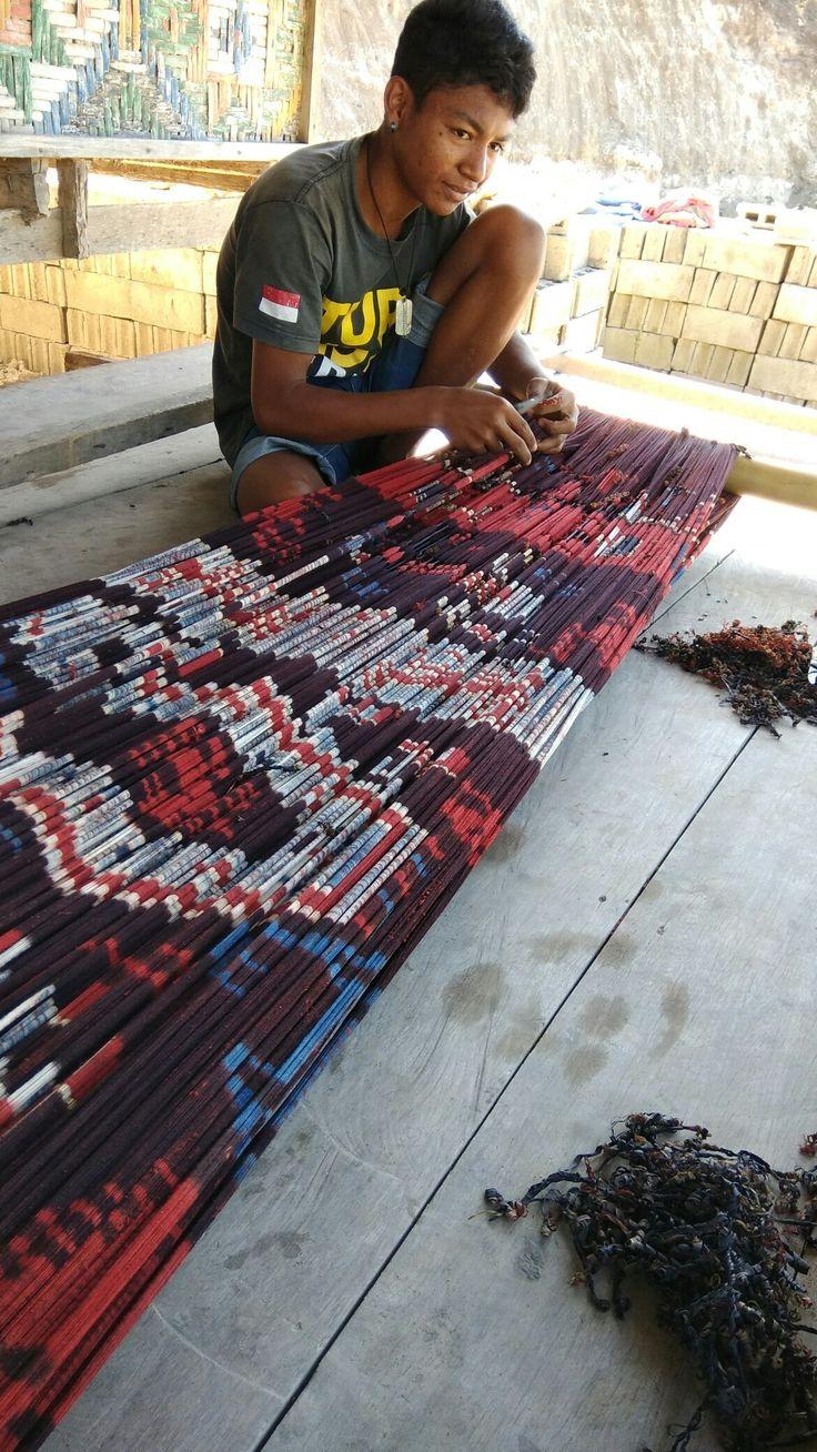 Proses buka ikat Tenun Mauliru, East Sumba