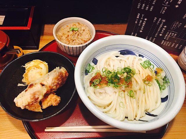 生地を伸ばすところから 待たなあかんけど 味は絶品😋  駅ビルのあの名店から 独立しはったお店やね  働いてる人達の人柄もgood  芯までキンキンに冷えてる 喉越し、コシ、モチモチ感 全てが絶妙なバランス😋  #大阪#うどん#天ぷら#お昼ごはん #ランチ#肉#炊き込みご飯#男子ごはん#美味しい#幸せ#おしゃれ#ミシュラン#ビブグルマン #歩く#食べログ#すしぼっち