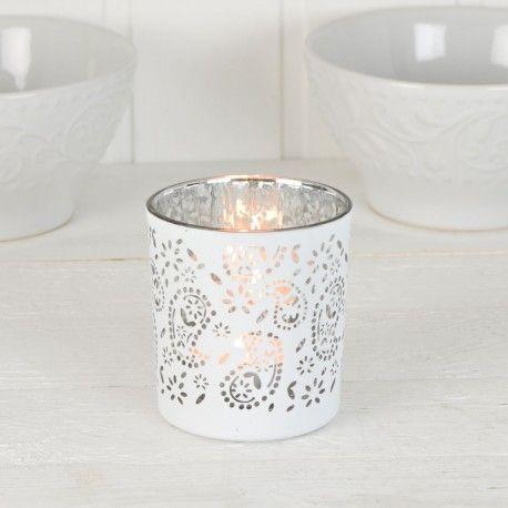 Vacker ljushållare med vitt mönster på utsidan och silverfärgad på insidan.