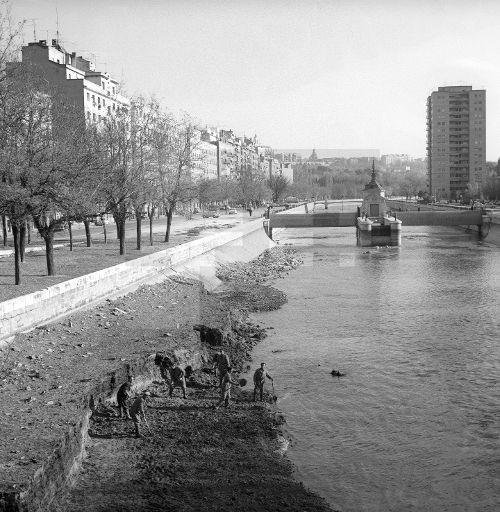 ESPAÑA LIMPIEZA MANZANARES: MADRID, 13/11/1966.- Un grupo de operarios durante los trabajos de limpieza que se llevan a cabo en el cauce del río Manzanares. EFE/Fiel/ct