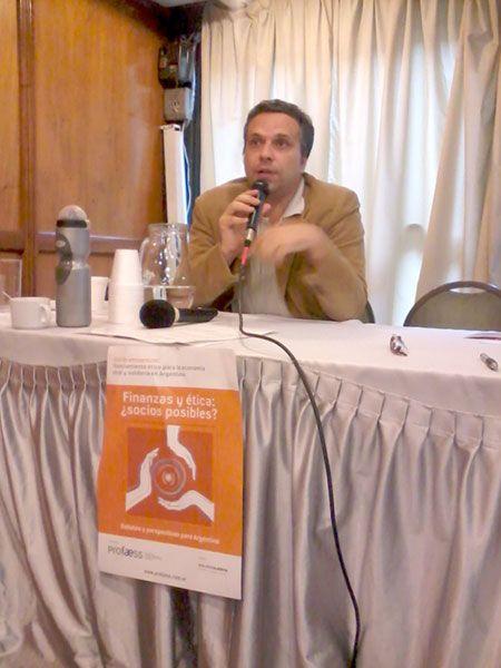 El italiano Francesco Vigliarolo comenta la experiencia de la Banca Popolare Ética de Italia