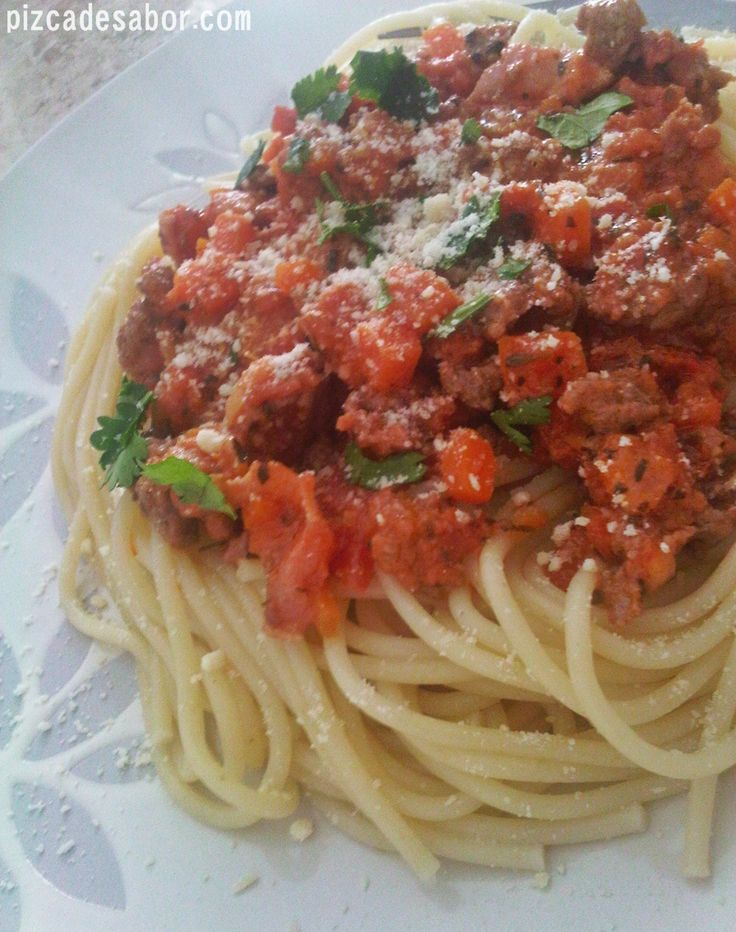 Aprende a preparar una deliciosa pasta a la boloñesa / bolognesa con esta receta paso a paso. Mi versión que además de deliciosa es fácil de hacer.