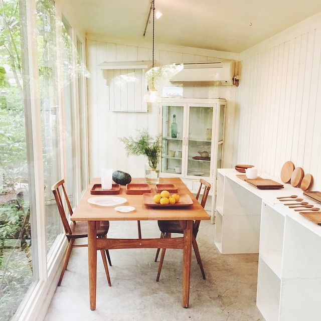 今日から開催の、山口和宏さんの木のうつわ展に来ています。 月草ギャラリー内には定番のパン皿、四角皿、そして新作の漆のトレイや長皿などが盛り盛りもりだくさん。 緑あふれる森の中で深呼吸してしまいたくなる凛とした空気感を味わっています。 #cafe #gallery #カフェ #ギャラリー #秋篠の森 #月草 #山口和宏 #奈良