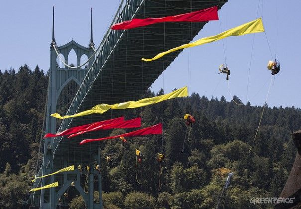 Ativistas bloqueiam ponte para impedir Shell  Em partida de Portland rumo ao Ártico, navio da Shell é barrado por ativistas do Greenpeace EUA e dá meia volta; ação já dura mais de um dia
