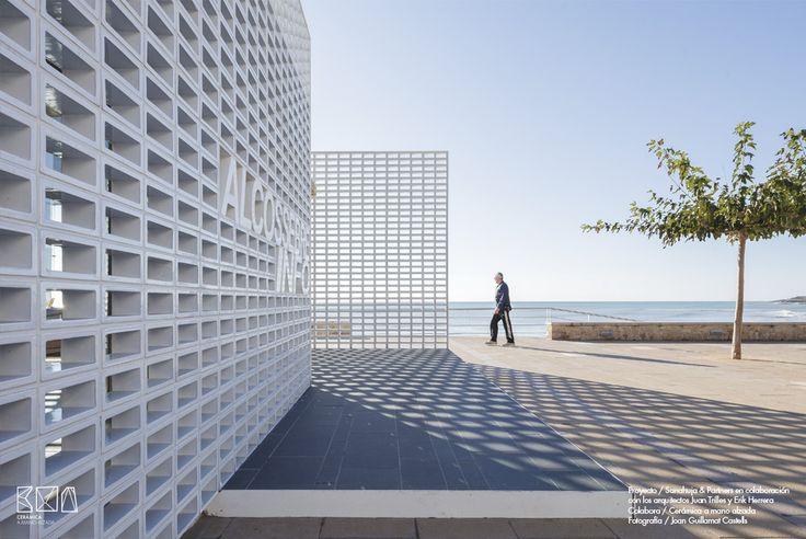 Celosías cerámicas con vistas al mar mediterráneo. Nueva oficina de turismo de Alcocebre.