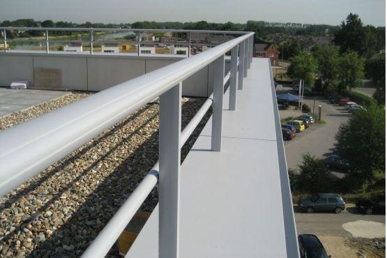 Appartementen waar dakterras is voorzien van Roval-Baluster met dubbele railing in combinatie met aluminium muurafdeksysteem. Beide aluminium producten zijn gemoffeld in Anodic Ice.