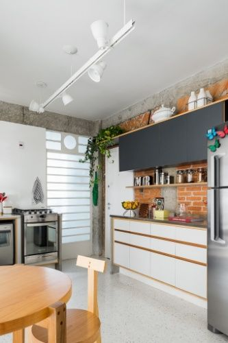 A área de estar do apê 62, em São Paulo, ganhou um sofá (Carbono Design) grande e confortável, repleto de almofadas. No piso, o tapete (by Kamy) com estampa hexagonal é combinado à cadeira Paulistano e à mesa de madeira. Próximo à janela generosa que vai do piso ao teto, o banco Bertoia é usado como mesinha. O projeto de reforma é assinado por Nathália Favaro, do escritório Vitrô Arquitetura