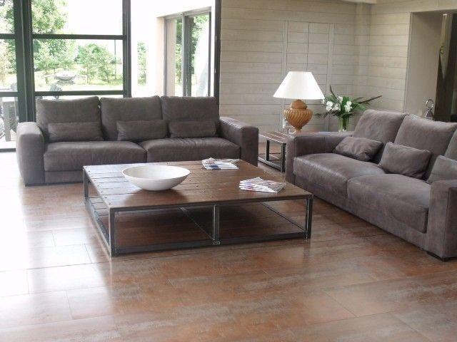 """Cette grande table basse en bois et métal modèle """"Pallas"""" est idéale pour apporter une touche de caractère à votre salon contemporain ou classique.<br /><br />Prix: 1250.00 €<br />Caractéristiques techniques: longueur 160 X largeur 160 X hauteur 37 cm<br />Poids: 120Kg"""