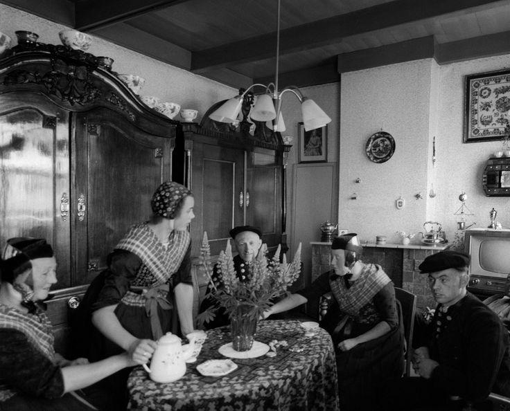 Staphorsters in klederdracht in een huiskamer 1950 1960 for Interieur 1960