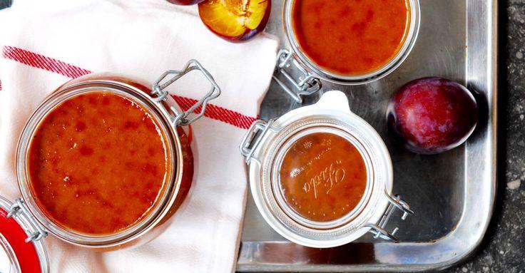 In China maken ze een bijzondere zoet-zure saus van pruimen die veel gegeten wordt bij eend, ook wel 'ducksauce' genoemd. In deze video zie je hoe je de saus in een handomdraai thuis maakt.