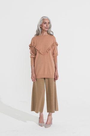 beige frilled ponticello maglia, decolleté grigio, H & M, pantaloni beige culotte, Cos, orecchini a cerchio in oro
