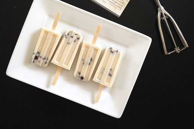 Beat the last of the summer heat by keeping your oven off when a cookie craving hits! Click through to Freutcake for the cookie dough popsicle recipe.