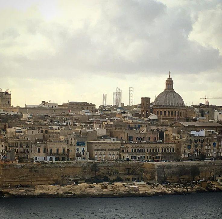 Gestern Abend bei bestem Hamburg-Wetter in Luqa gelandet. Regen Wind und müde... und heute geniessen wir aus unserem #airbnb die Aussicht auf Valetta. Ohne Regen. Ohne Wind. Und wenn wir ganz fest dran glauben verschwinden auch nich die letzten paar Wolken  Entdeckungstour Malta # kann starten. Wer hat Tipps und Ideen? #valetta #kulturhauptstadt2018  #malta #erstmalankommen