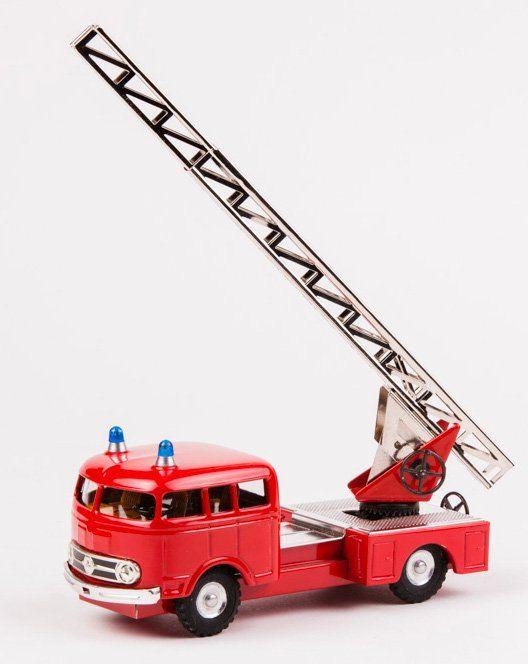 Auto Mercedes 335 hasiči v krabičce značky Kovap. Model je opatřen vysouvacím žebříkem, který lze zvedat a otáčet pomocí ozubeného mechanizmu. Délka modelu je 17 cm. Délka vysunutého žebříku 28 cm.