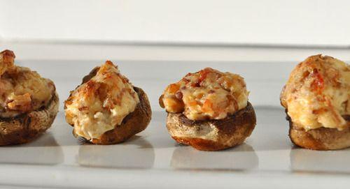 Deze heerlijke champignons zijn gevuld met roomkaas en bacon. Een leuk origineel hapje
