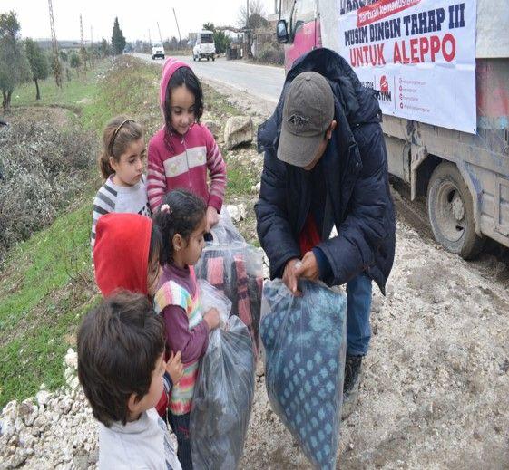 Kisah Relawan ke-10 Kamp pengungsian Qadiriyah  Relawan Syam Organizer kembali berpindah tempat untuk menyapa saudara-saudara kita yang menjadi korban kekejaman rezim di Suriah. Kali ini yang kami tuju adalah kamp pengungsian Qadiriyah. Sebuah kamp yang terbilang kecil karena terdiri dari lima puluh keluarga pengungsi. Terletak di pedesaan tepi perkebunan Zaitun tidak jauh jauh dari kota Jisr al Shughur.  Pada kesempatan kali ini relawan Syam Organizer menyalurkan bantuan berupa selimut…