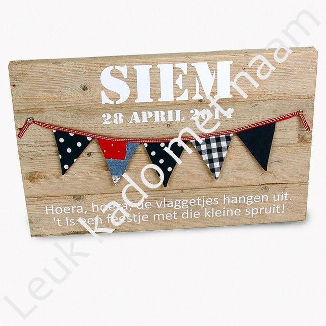 Persoonlijk rechthoekig geboortebord van gebruikt steigerhout met geboortedatum, naam en een mooie tekst.