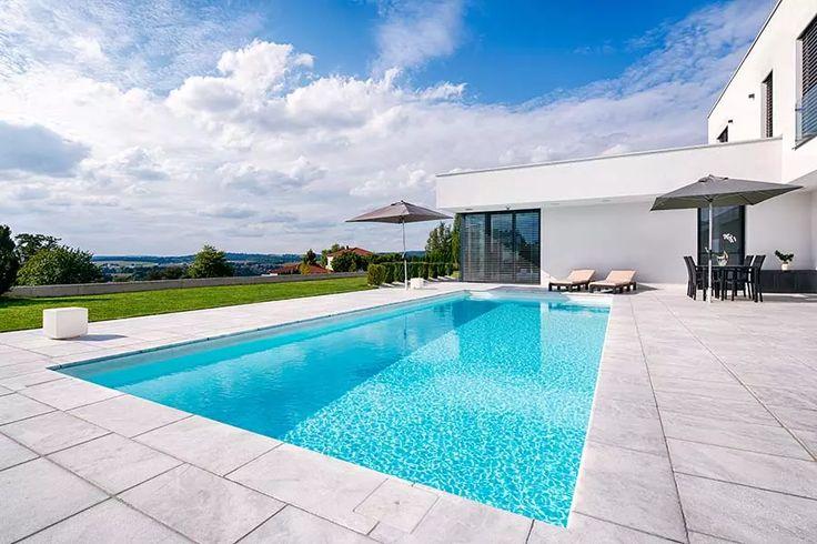 Schwimmbecken mit wei er folie in moderner umgebung for Swimming pool folie erneuern