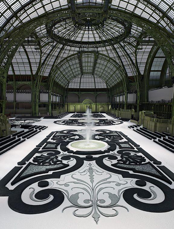 Chanel fait son show - Un parterre de jardin à la française sous la verrière du Grand Palais comme parcours du défilé prêt-à-porter printemps-été 2011.