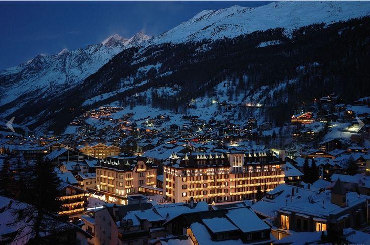 Zermatt se trouve à l'extrémité supérieure de la pittoresque vallée de Zermatt à une altitude de plus de 1600 m et dans l'ombre des plus hauts sommets de Suisse. Il s'agit de l'une des stations de ski en Suisse les plus réputées.