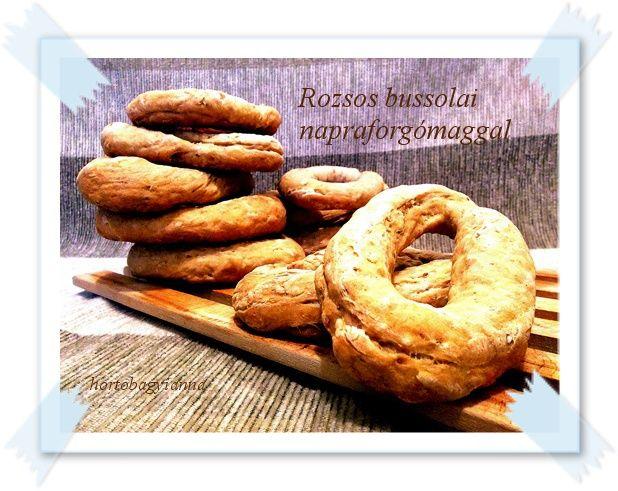Ezt a receptet Illéskrisz Konyhájánál  láttam, és azonnal beleszerettem.   Gyűrű alakú kenyérkék, ropogós héjjal. Én rozsos- napraforgó...