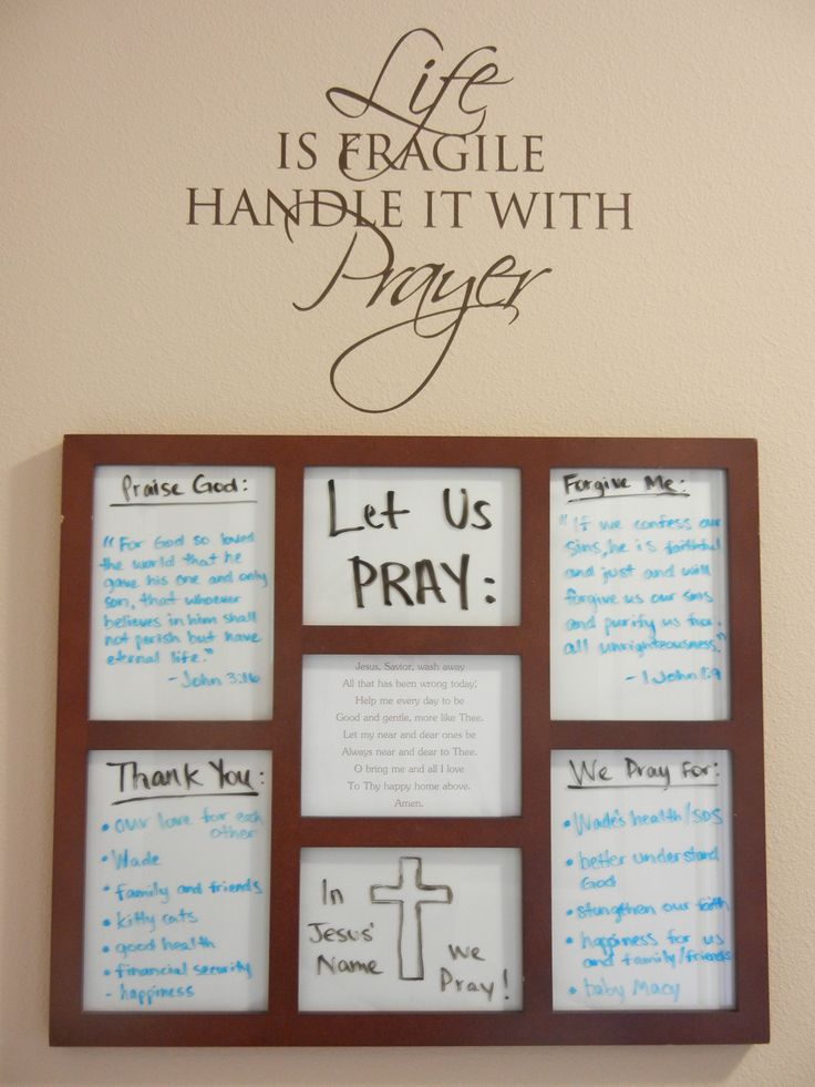 Prayer board: Wall sticker bought from an Uppercase Living party and a photo collage frame was turned into a marker board by sticking white paper behind the glass.                                                                                                                                                      Más