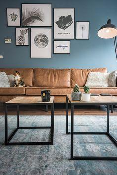 Woonkamer: bijzettafels vlojo, bank be pure home rodeo cognac, vintage carpet, desenio wall art posters, kleur op de muur boreal blue (gamma)