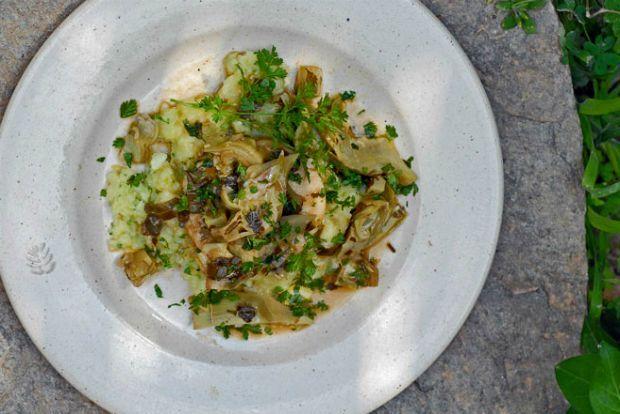 Κυριακή των Βαΐων τρώμε κατά παράδοση ψάρι. Κι εμείς εμπνεόμαστε από το φαγητό που δοκιμάσαμε στη Γένοβα, στην Osteria de Vico Palla. Οι Ιταλοί, αντίθετα από τους Έλληνες, σπάνια βάζουν λεμόνι στις αγκινάρες...