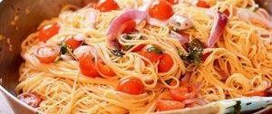 Rychlé těstoviny s rajčetem, bazalkou a česnekem